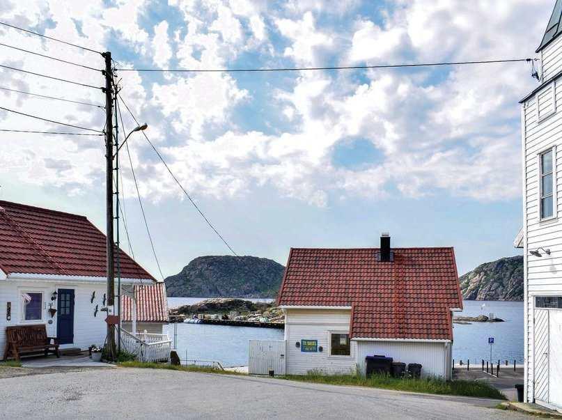 Blick von der Terrasse der Wohnung auf den Fjord - nur ca. 30 Meter entfernt