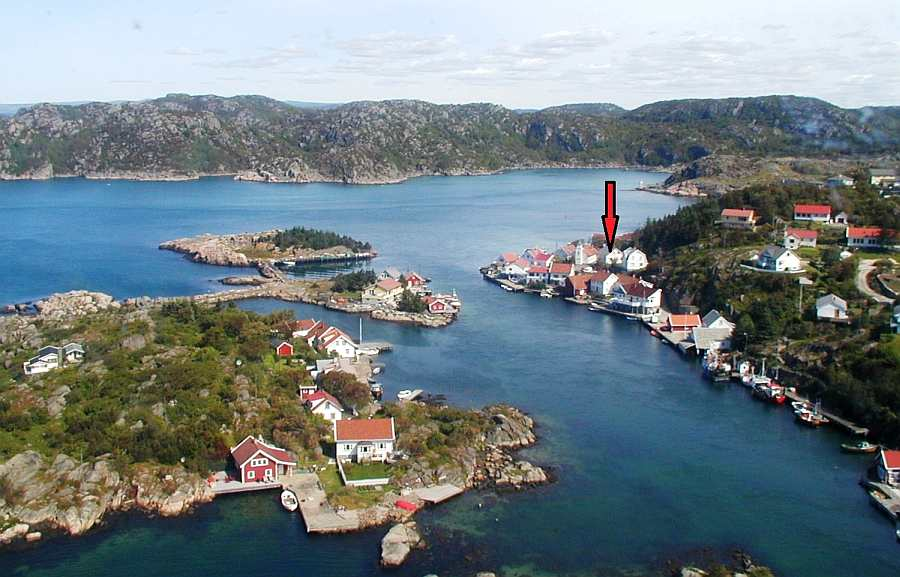 Die Lage des Hauses (ca. 30 Meter zum Wasser) innerhalb des kleinen ehemaligen Fischerortes Korshamn am Ausgang des Grønsfjordes zum offenen Meer
