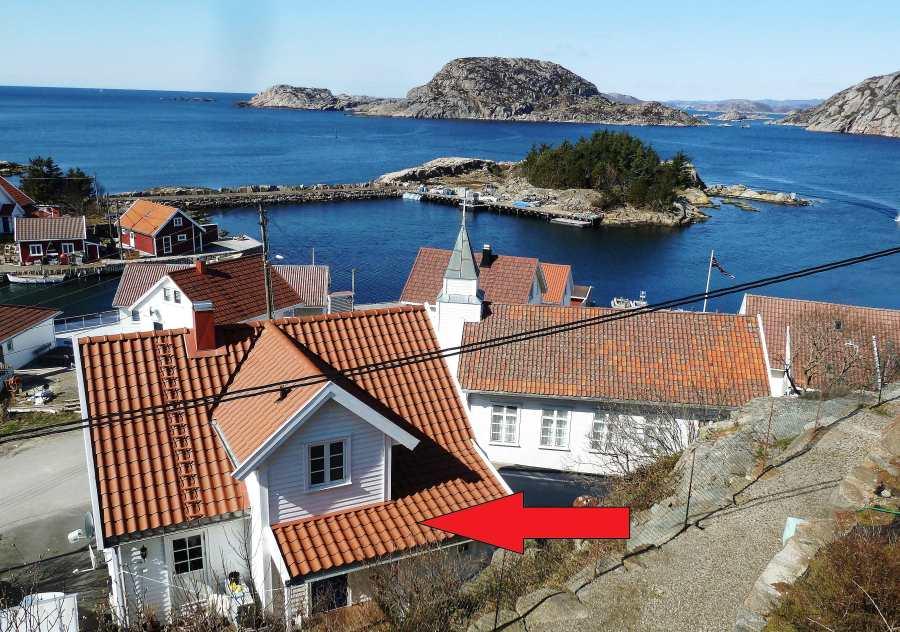 Ferienwohnung Hauen - das Haus liegt im historischen Ortskern des ehemaligen kleinen Fischerortes Korshamn nur ca. 30 m vom Grønsfjord entfernt (der rote Pfeil markiert das Haus)