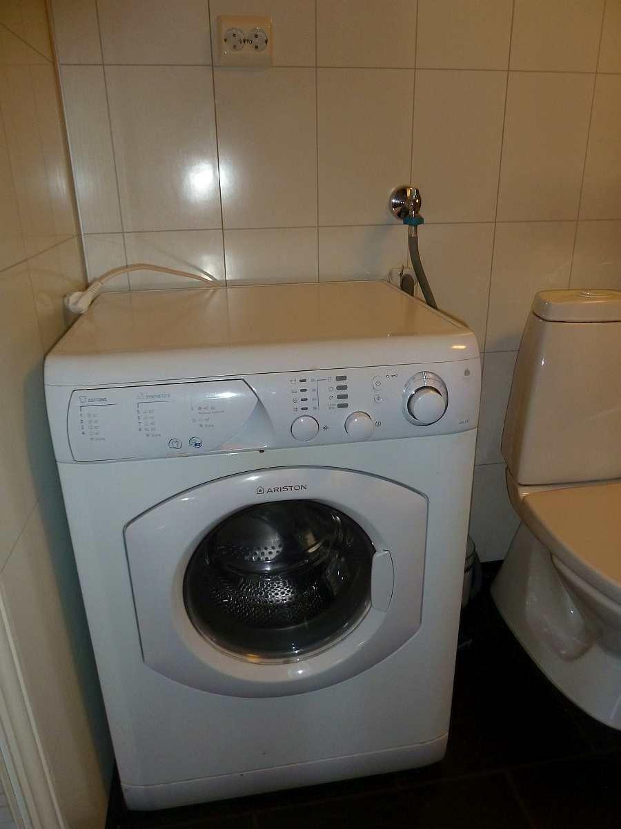 Im Bad steht außerdem eine Waschmaschine zur Verfügung