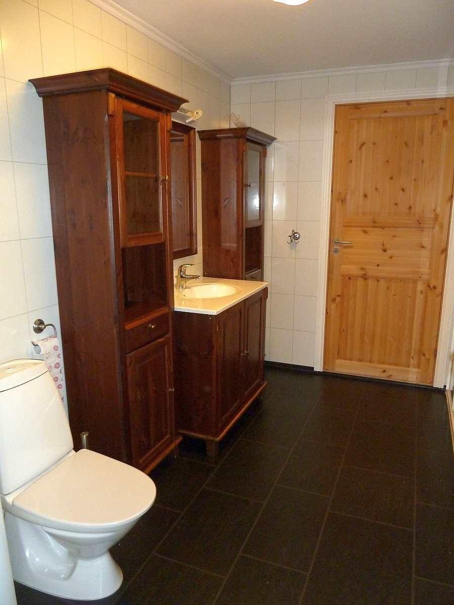Das Badezimmer der Ferienwohnung mit  Waschbecken, WC, Dusche und Fußbodenheizung