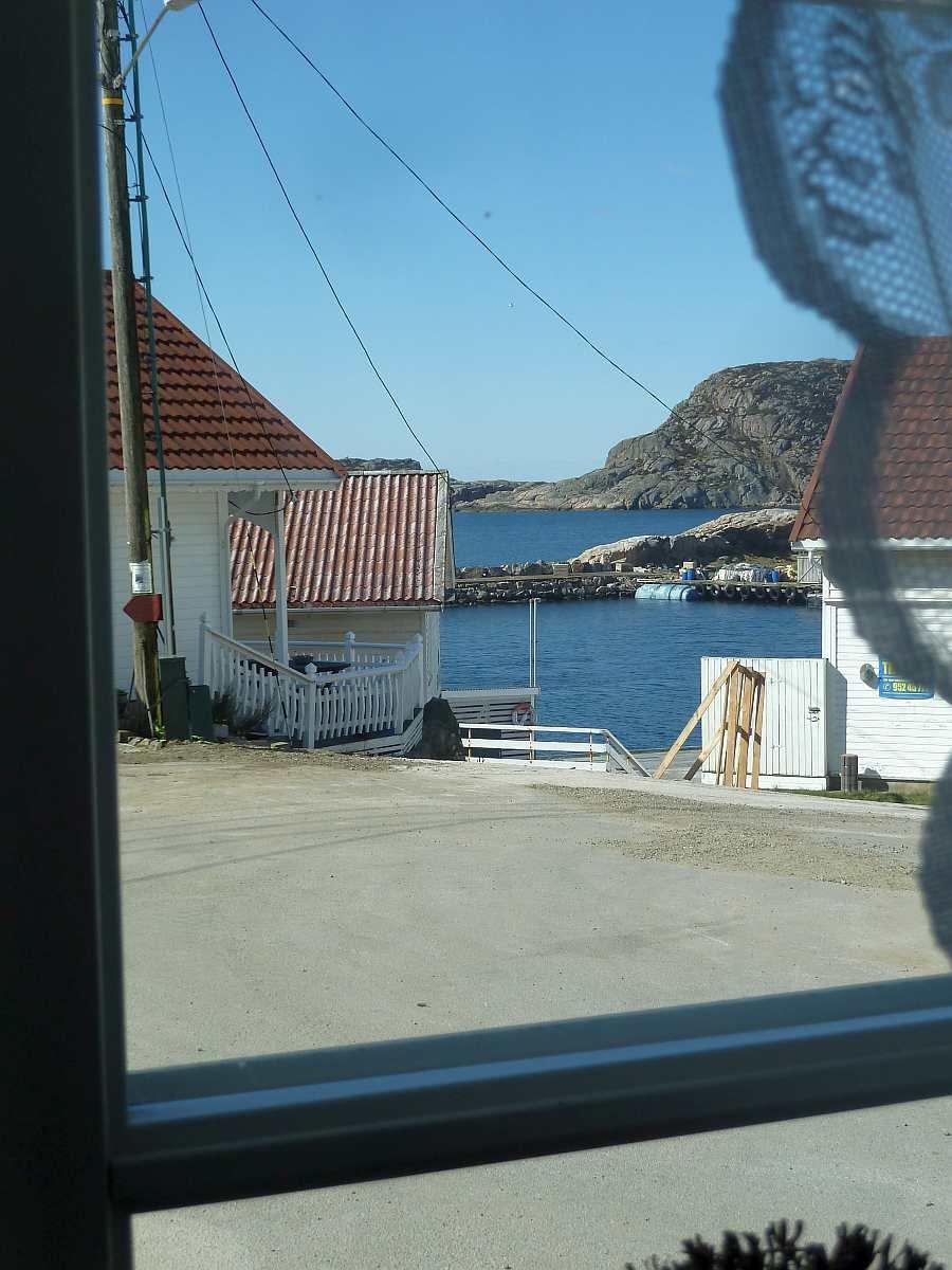 Blick aus dem Wohnzimmerfenster auf das Wasser