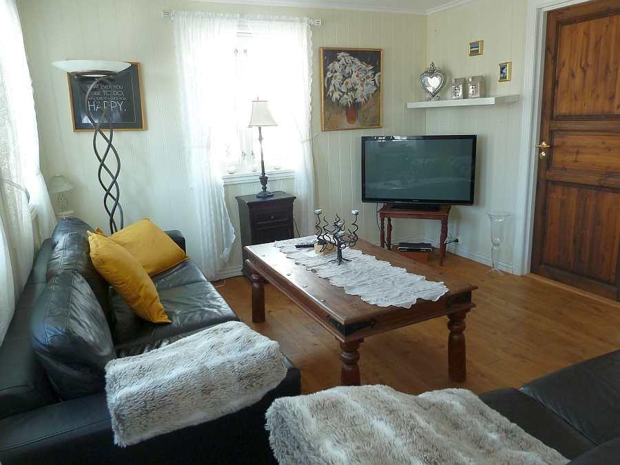 Die gemütliche Sitzecke im Wohnzimmer mit Sat-TV (deutsche Programme)