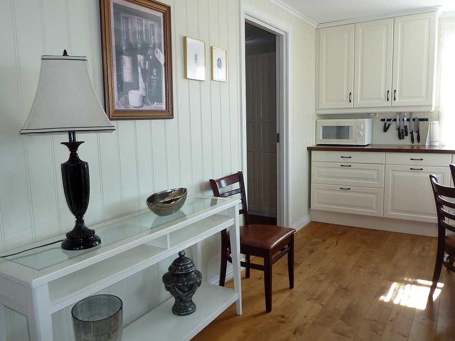 Blick vom Wohnzimmer in die offene Wohnküche der Ferienwohnung