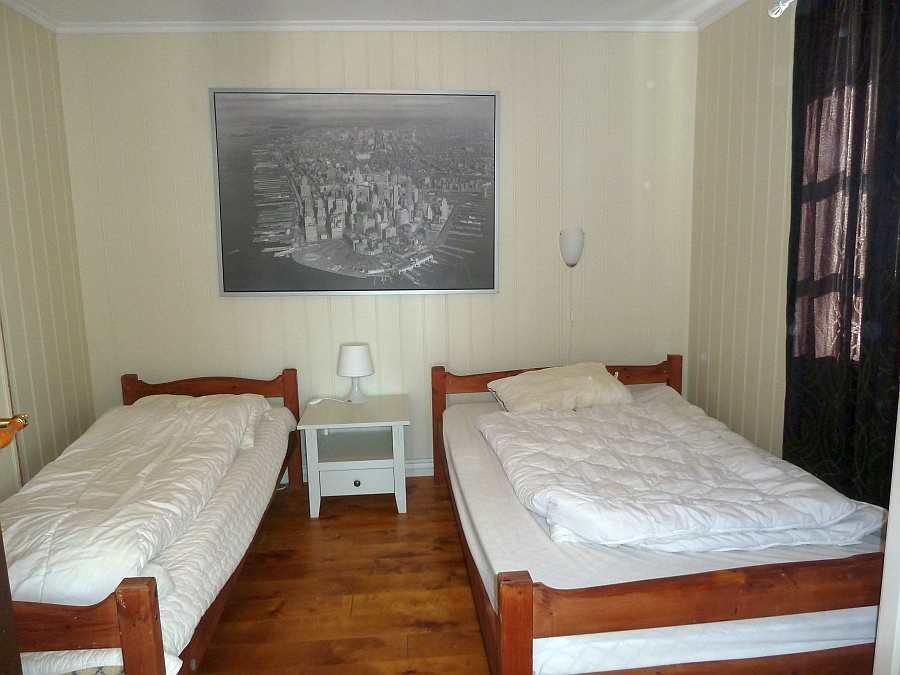 Das Schlafzimmer mit 1 normalen Einzel- und einem sehr breiten Einzelbett - die Betten können bei Bedarf zu einem sehr breiten Doppelbett zusammengestellt werden