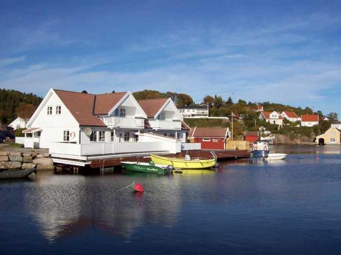 Haus Åvik liegt direkt am Wasser