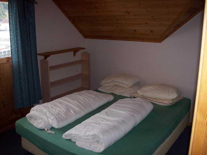 Eines der beiden Schlafzimmer mit je einem Doppelbett und einem Einzelbett