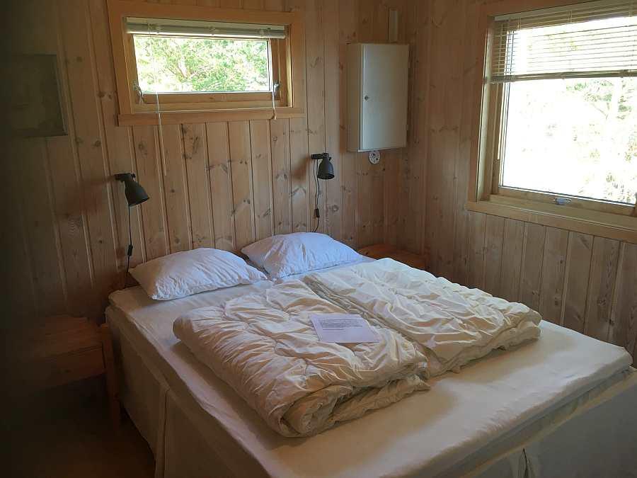 Das Schlafzimmer mit einem Doppelbett.
