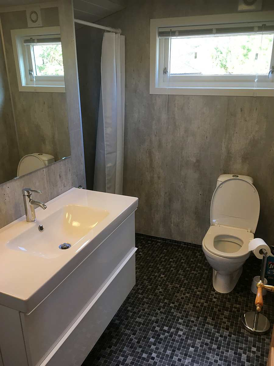 Bad mit Dusche und WC.