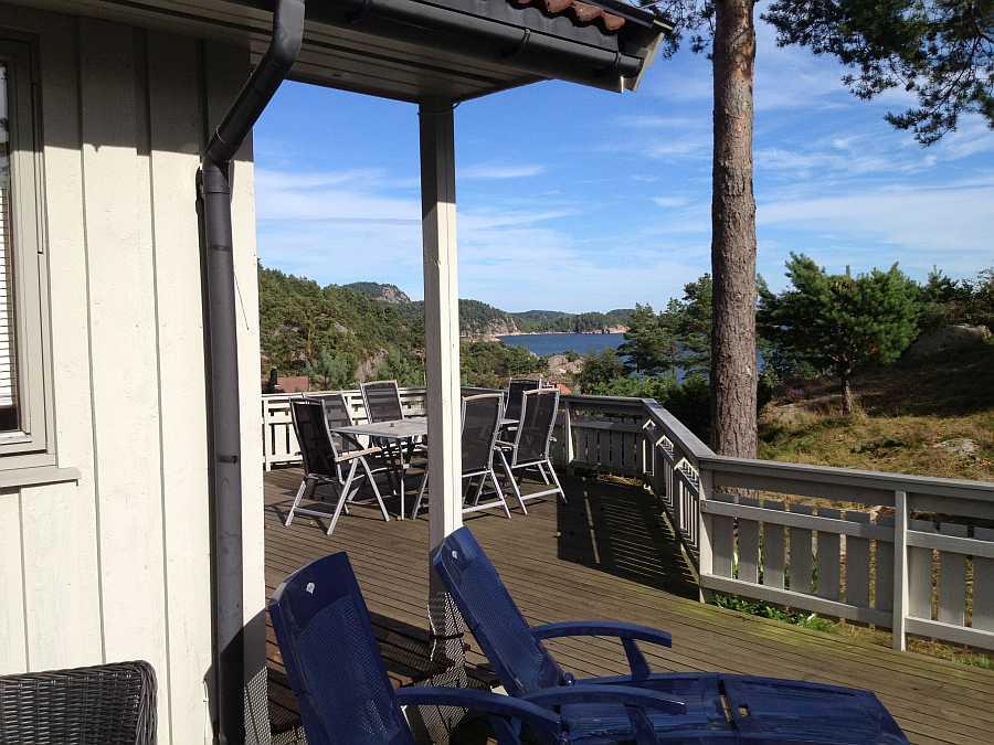 Haus Holm liegt nur ca.150 m vom Wasser entfernt und bietet einen wunderbaren Blick auf südnorwegische Schärenlandschaft