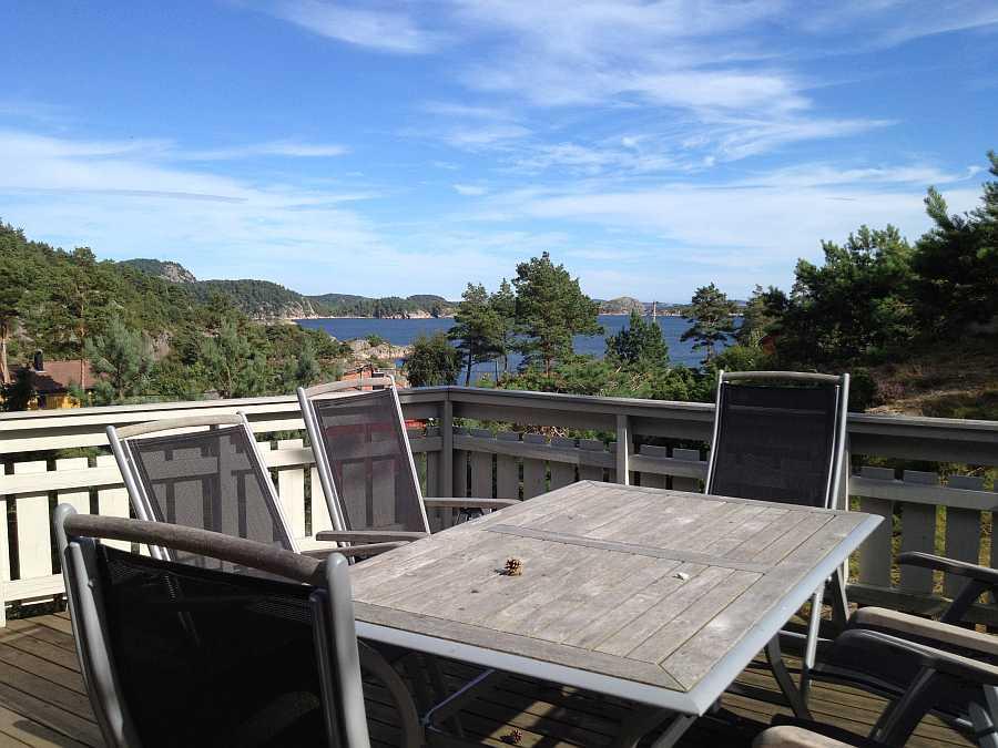 Die einladende Terrasse mit tollem Blick aufs Meer.