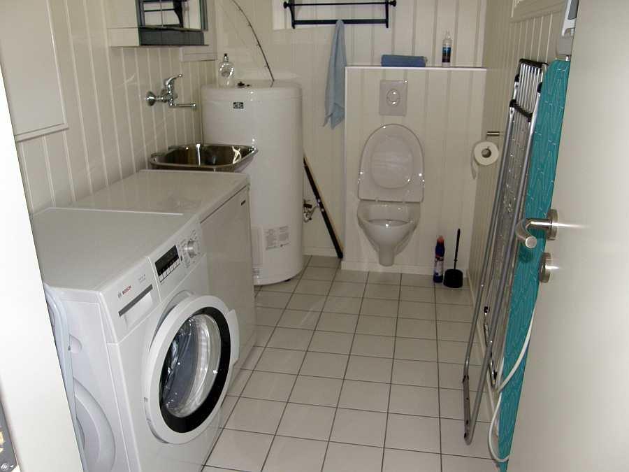 Das zweite Bad bietet ein weiteres WC und eine Waschmaschine