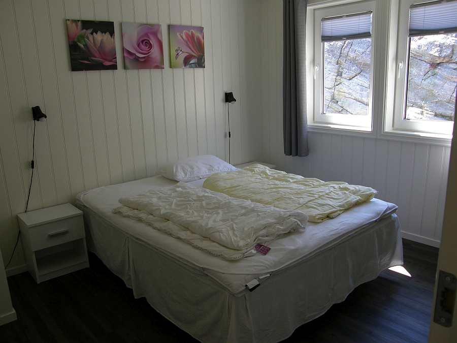 Das erste der zwei Schlafzimmer mit einem Doppelbett