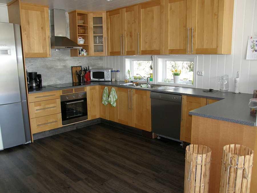 Die moderne komplett ausgestattete Küche des Hauses