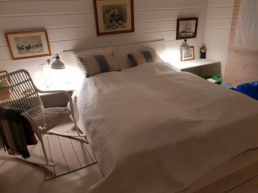 Eines der drei Schlafzimmer mit einem Doppelbett