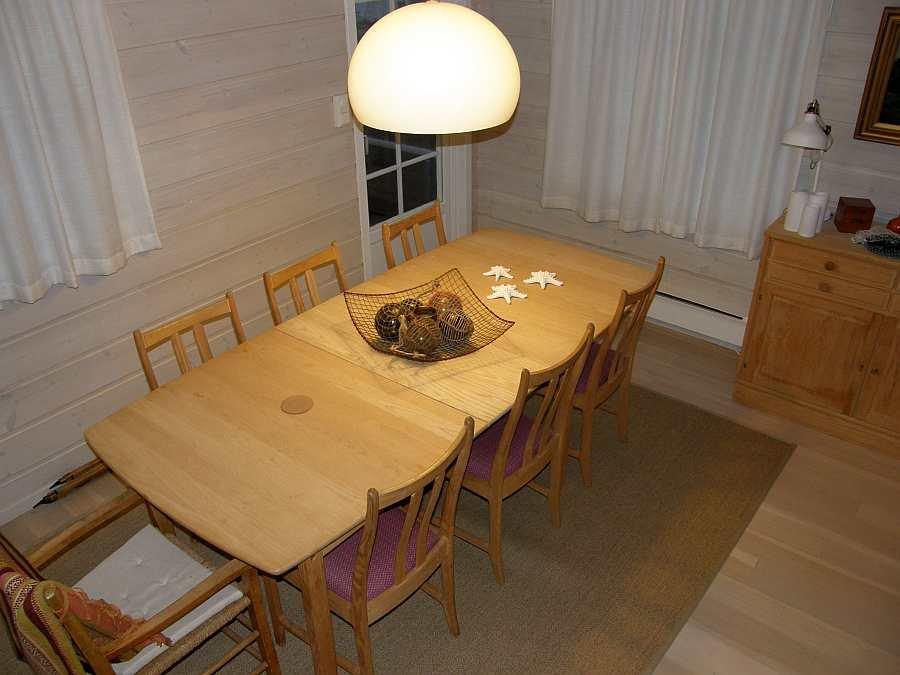 Am großen Esstisch finden alle Gäste Platz