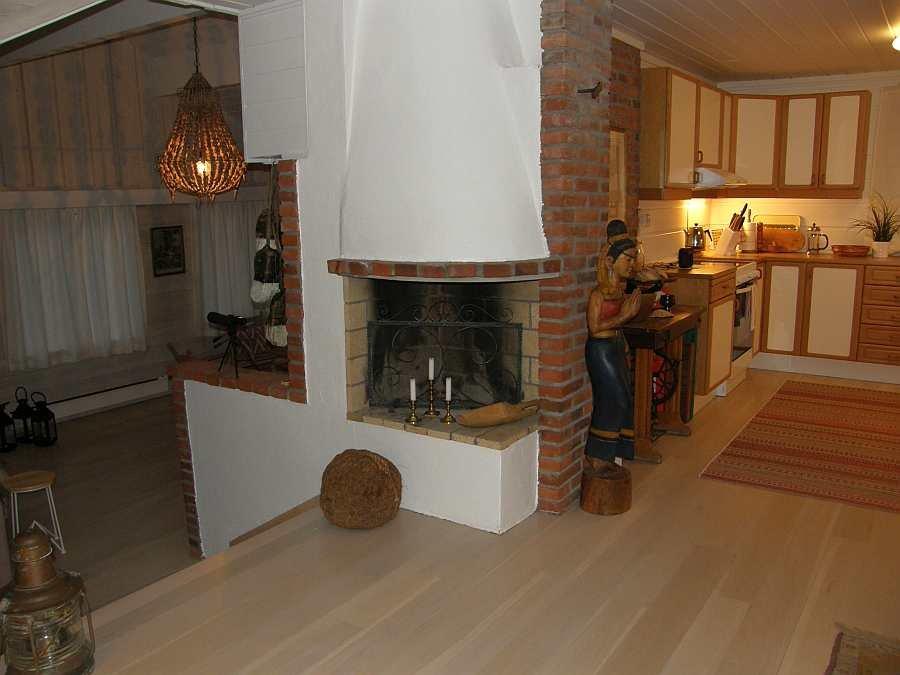 Übergang von Essbereich in die offene Küche (rechts) und in den Wohnbereich (links)