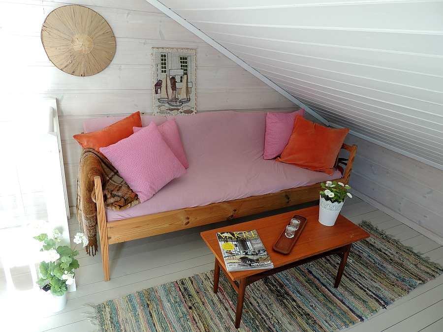 Im oberen Schlafzimmer steht noch ein weiterer Sitzbereich zur Verfügung