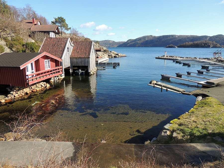 Seitlicher Blick auf das Ferienhaus (oben links) und auf den Grønnsfjord und den Bootshafen