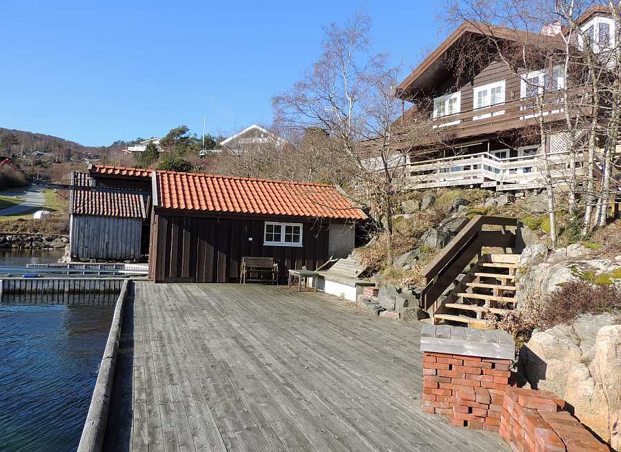 Haus  Kåveland und der große Steg am Wasser