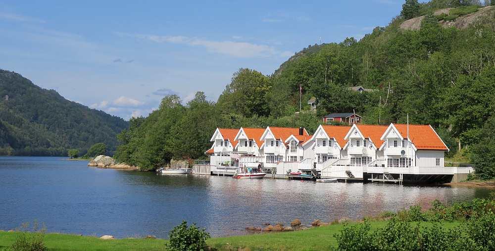 Die kleine Ferienhaussiedlung in idyllischer Lage im Lenefjord. Das Ferienhaus Ladberget ist das ganz linke