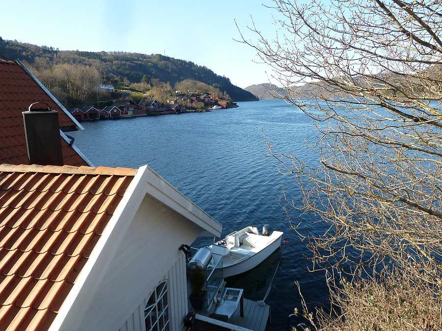 Die Lage direkt am Fjordufer, das Angelboot direkt vor dem Haus... hier bleiben kaum Wünsche offen!
