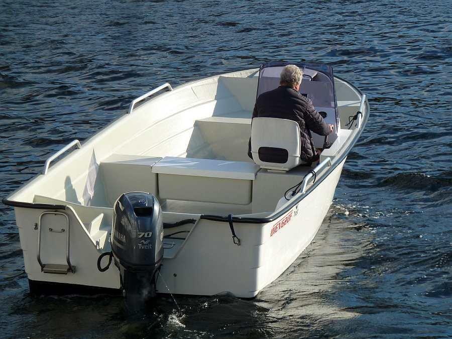 Das breite Angelboot hat eine sehr stabile Lage im Wasser und bietet ausreichend Platz für die Angler