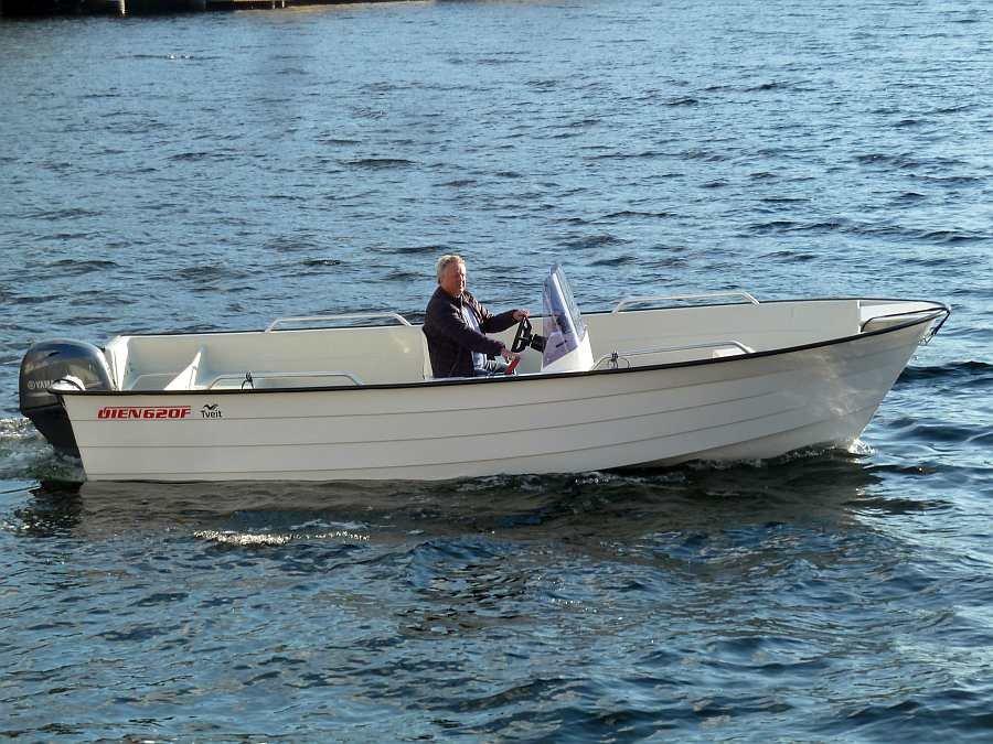 Der 70 PS-4-Takt Motor beschleunigt das Angelboot bei Bedarf auf eine gute Geschwindigkeit