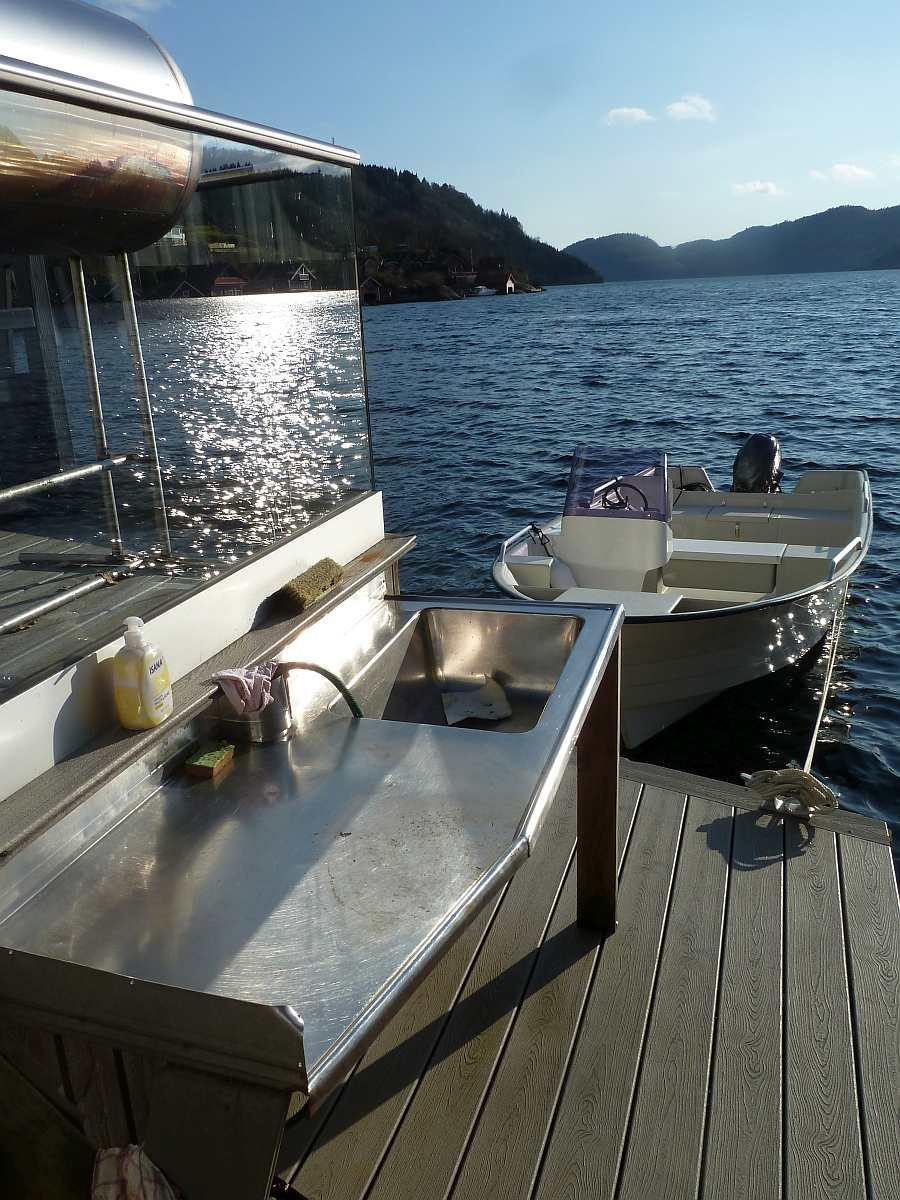 Der Filetiertisch mit fließend Wasser direkt am Bootssteg