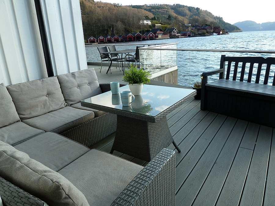 Die Veranda liegt natürlich an der Fjordseite des Hauses...