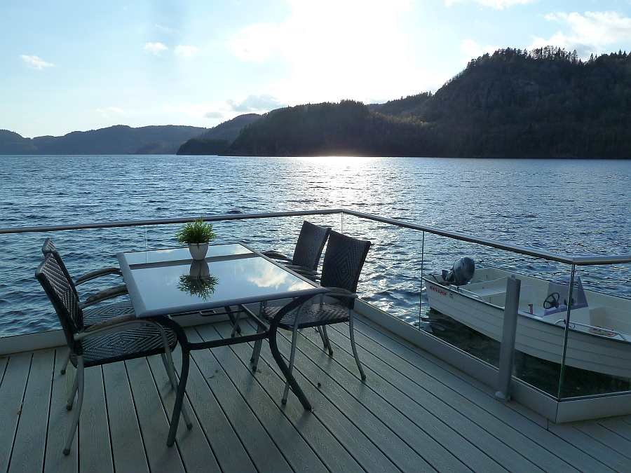 Von der Veranda hat man einen fantastischen Blick auf den schönen Lenefjord