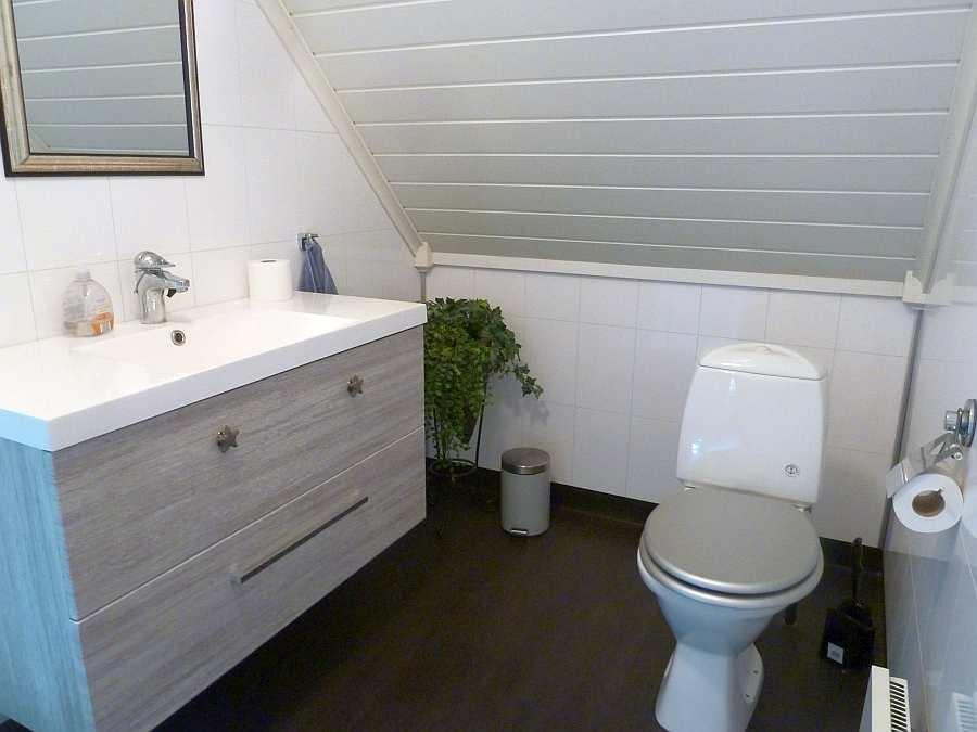 Das Badezimmer des Hauses im Obergeschoss