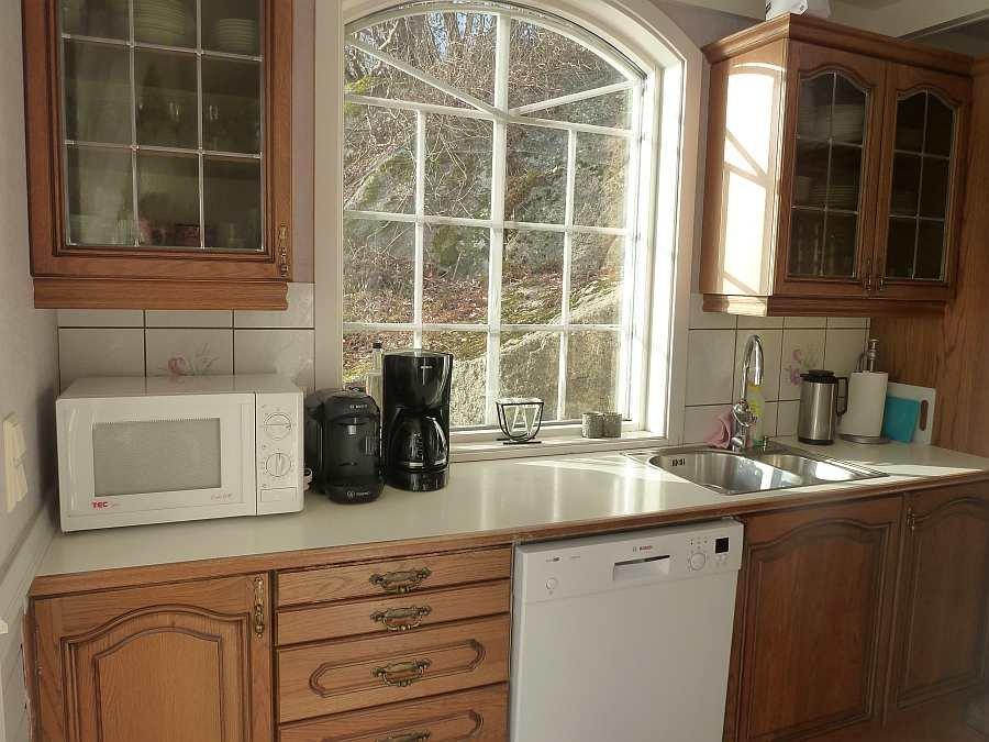 In der Küche ist vom Kaffeeautomaten bis zur Spülmaschine alles vorhanden