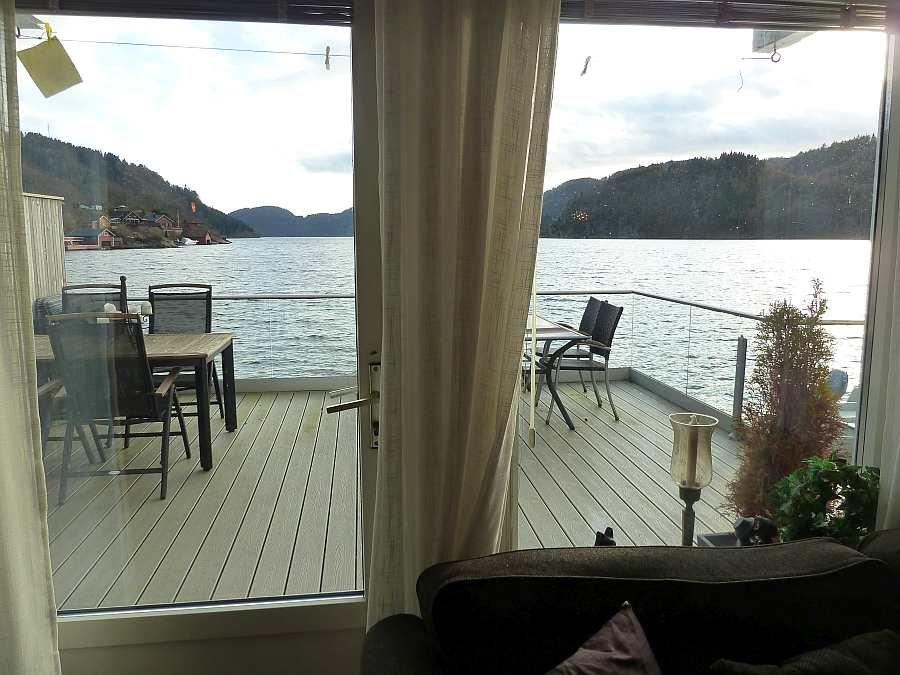Blick aus dem Wohnzimmer auf den Fjord