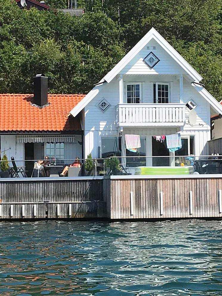 Direkt am Wasser - die beiden  Veranda-Bereiche des Ferienhauses