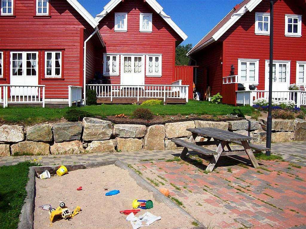 Ein kleiner Spielplatz mit Sandkiste direkt bei den Häusern.