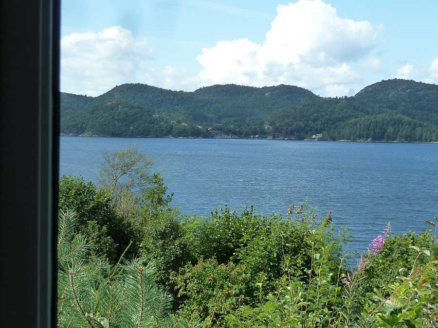 Blick vom Esstisch auf den Fjord