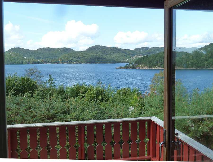 Blick vom Wohnzimmer auf den Fjord