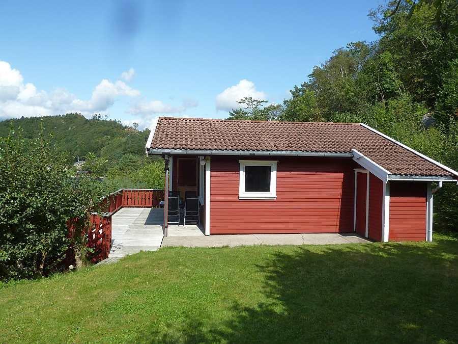 Ferienhaus Lindal liegt auf einem eigenen Gartengrundstück so geschützt, dass man die wenigen Nachbarn kaum wahrnimmt