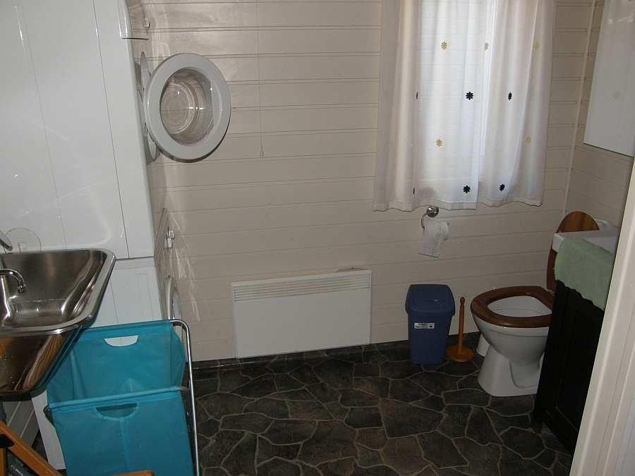 Bad mit Dusche und WC und Waschmaschine/Wäschetrockner