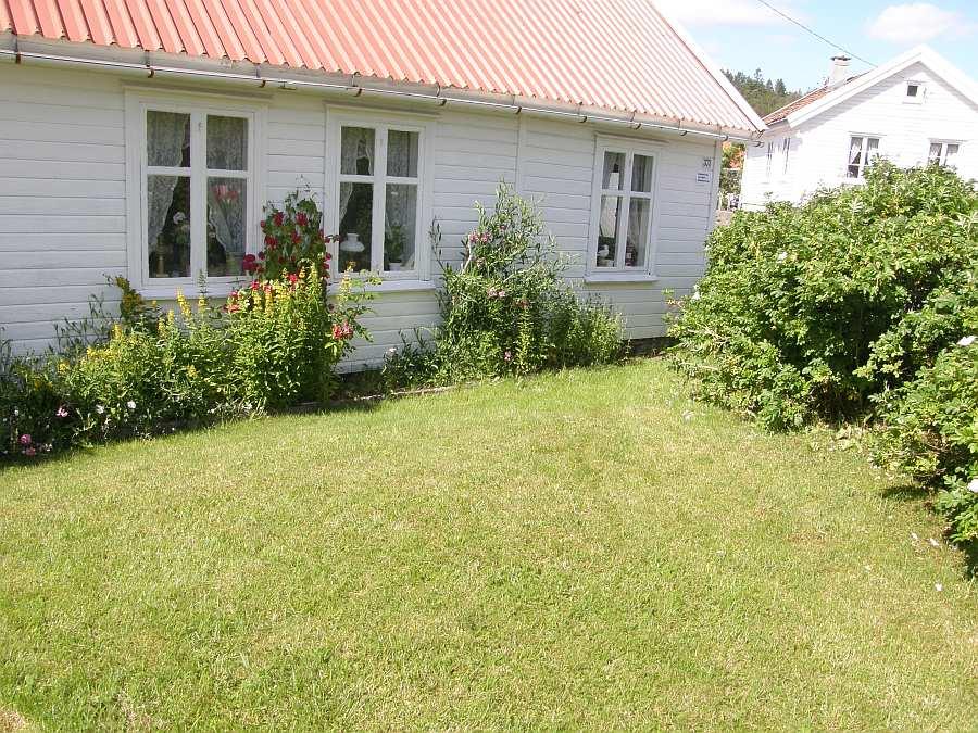 Haus Øverstanda liegt auf einem eigenen Gartengrundstück