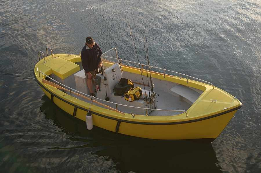 4-5 Angler finden bequem Platz auf dem 21 Fuß-Benzinkutter