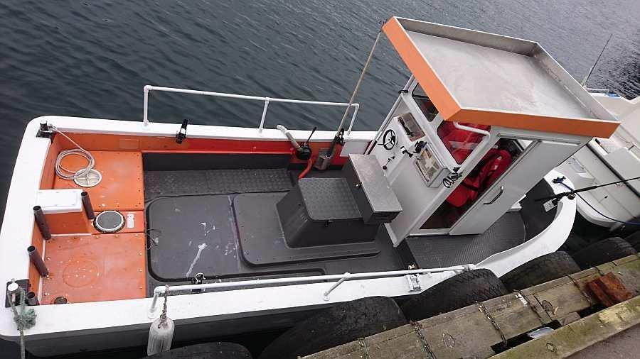 Die Kajüte des Dieselbootes ist rechtseitig begehbar - so kann auch vom Bug aus gefischt werden