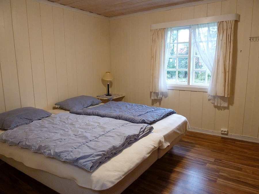 Ein Schlafzimmer mit einem Doppelbett
