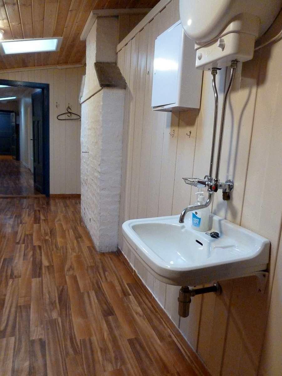 Im Eingangsflur steht noch ein Handwaschbecken zur Verfügung