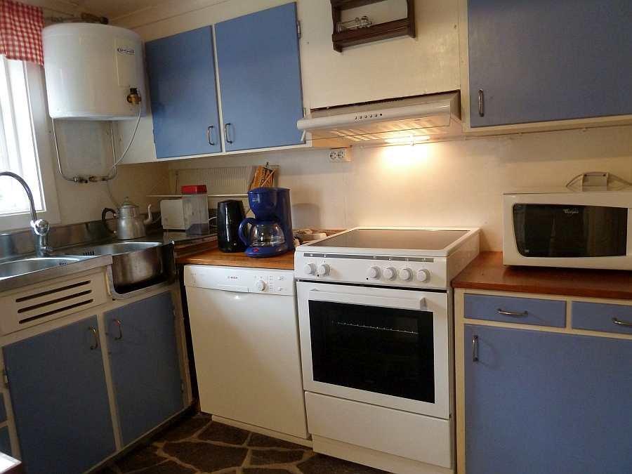 Die küche ist komplett ausgestattet zwei kühlschränke geschirrspüler gefrierschrank mikrowelle