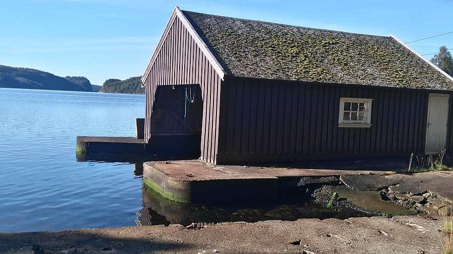 Das eigene Bootshaus und der Bootsanlegeplatz des Hauses