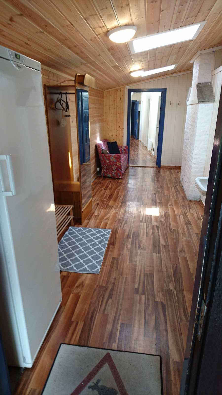 Vom langen Flur des Hauses erreicht man die verschiedene Zimmer