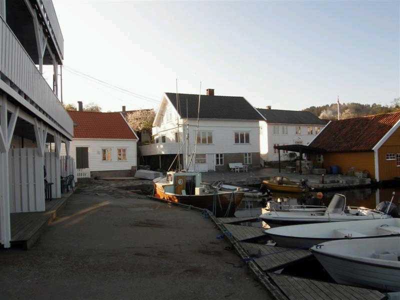 Unser Ferienhaus Soløy ist direkt am Wasser gelegen.