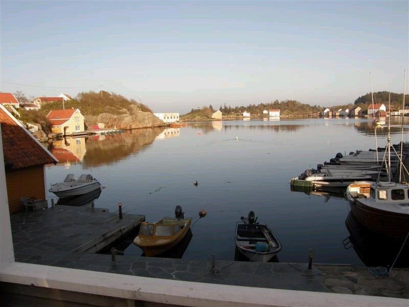 Das Ferienhaus Soløy liegt in einer idyllischen Bucht.